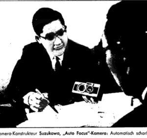 Hiroshi Suzukawa alla Photokina 1963 spiega la Canon AF al giornalista del settimanale Spiegel.